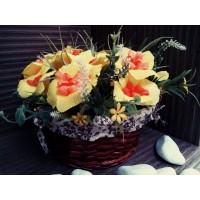 Кошница с пролетни цветя